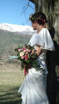 bouquet et couronne de fleurs pour une mariée nature et bohème