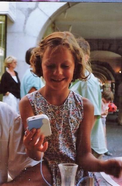 Moi à 9 ans et deja en robe à fleurs