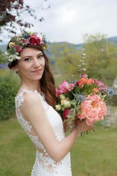 La mariée : bouquet et couronne .