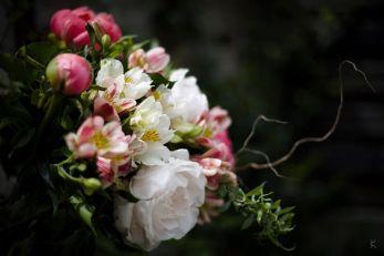 Un magnifique bouquet de printemps pivoines et branchages un peu flou